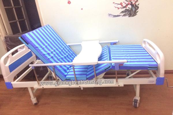 Giường bệnh tay quay MKC-Medical có chậu gội đầu và bô vệ sinh 6 chức năng